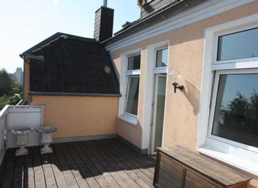 REUTER IMMOBILIEN Renovierte Zweizimmer-Altbauwohnung mit Einbauküche und Terrasse in Neuehrenfeld