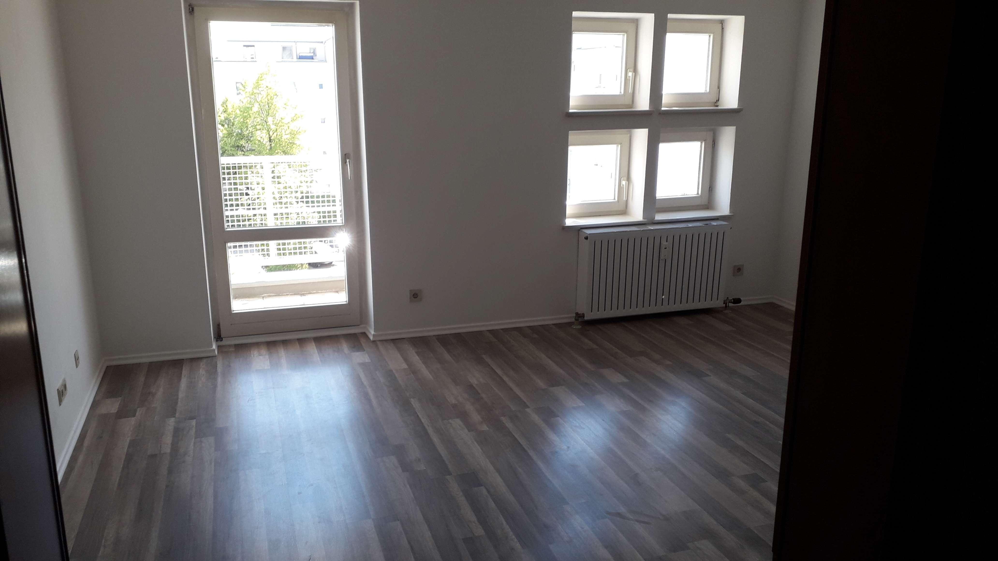 Schöne Wohnung in zentraler Lage, ruhig, neu renoviert, Lift, Südbalkon