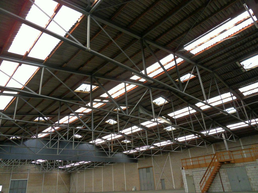 Gewerbehalle mit Tageslicht