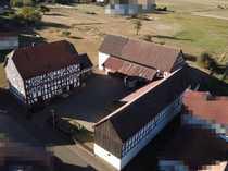Großes Fachwerkhaus mit Wirtschaftsgebäuden und
