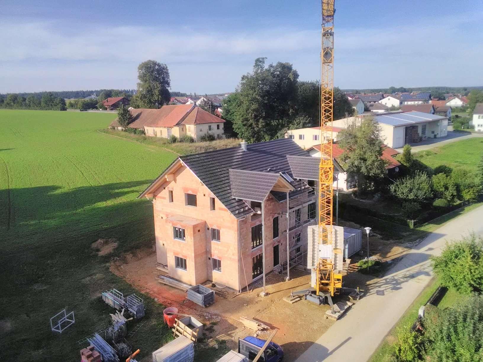 AHAM - Neubau 2 Zi. DG Wohnung mit Stellplatz+Carport, moderne Holzfliesen, Abstellraum u. v. m. in