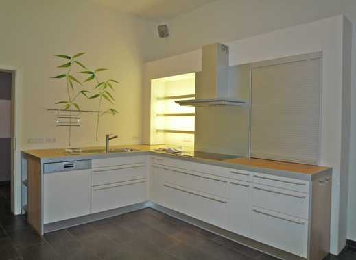 Diese Designküche gehört ebenso zur Wohnung wie 2 exclusive Bäder, Kamin und andere Extras ...