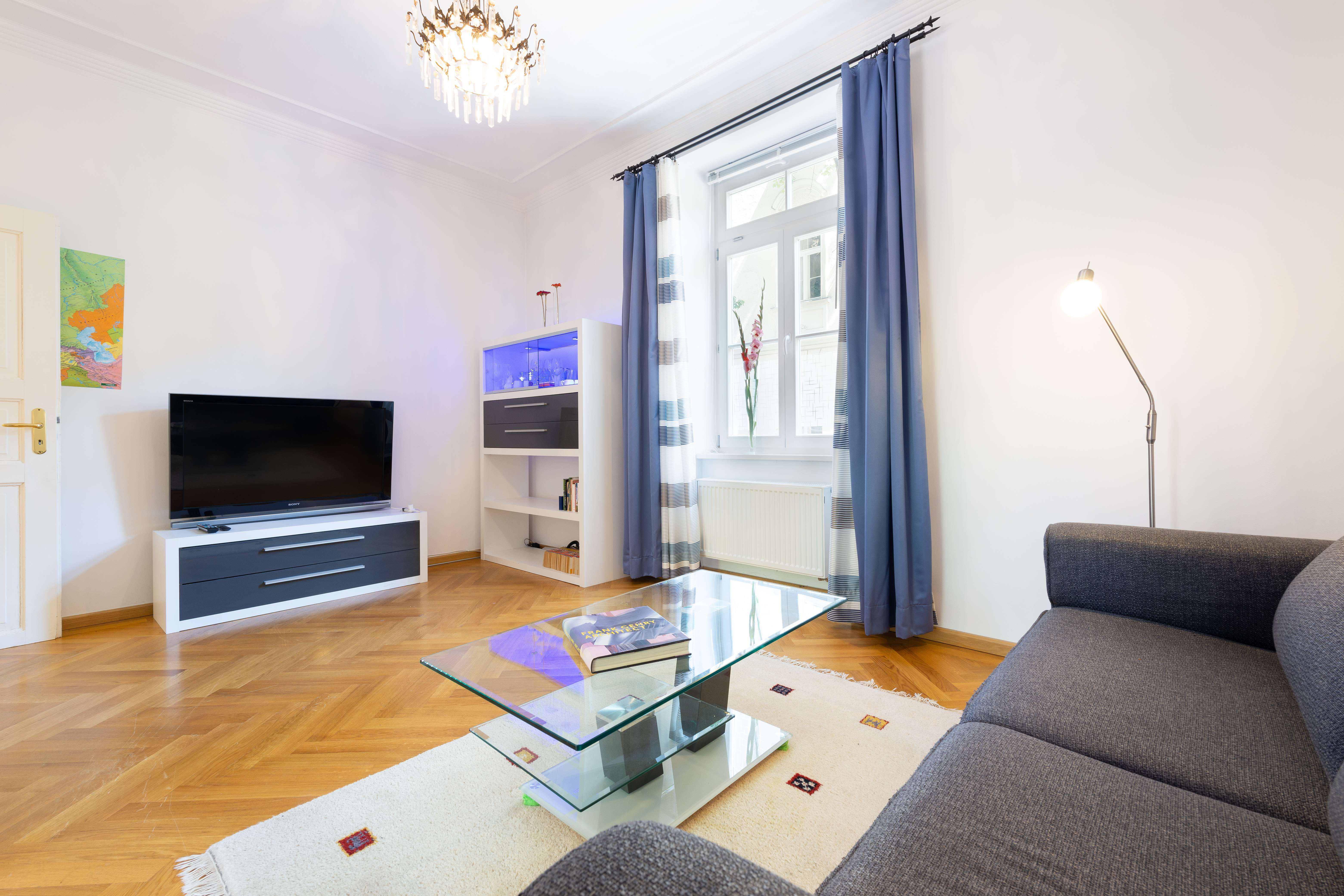 Neuwertige 2-Zimmer-Hochparterre-Wohnung voll möbliert, zentral aber ruhig in Haidhausen