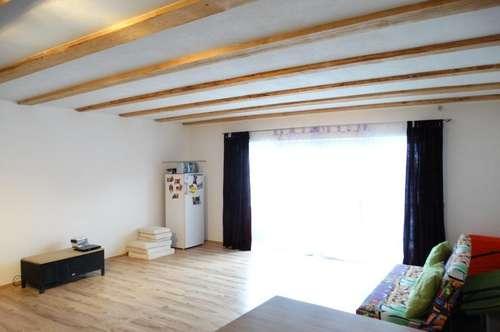 Teilsanierte Wohnung mit Balkon