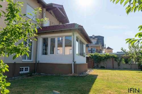 Zweifamilienhaus nahe südlicher Stadtgrenze mit Garten, Balkon und Wintergarten