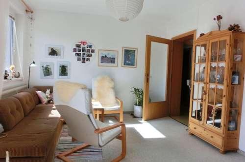 Sehr gepflegte 2-Zimmer Wohnung mit Loggia und Carport