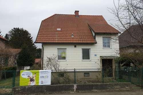 Älteres Einfamilienhaus auf großem Grundstück