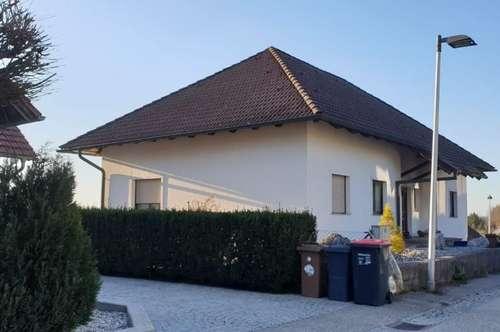 Schönes Einfamilienhaus mit Keller, Garage und Schwimmteich - Teilsanierung erforderlich