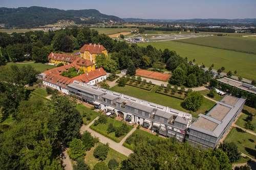 Wohnen im Schloss - Großzügige 3-Zimmer Wohnung mit Balkon, eigenem Parkplatz und Zugang zum Schlosspark.