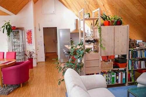 2,5-Zimmer Dachgeschoss-Wohnung mit großem Balkon - Perfekt für Pärchen und Singles - Mit eigenem Parkplatz und Zugang zum Schlosspark.