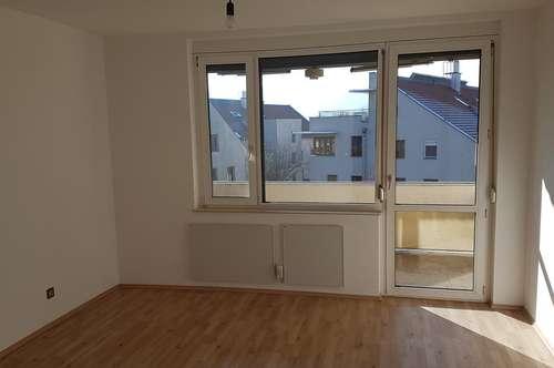 Helle 3 Zimmer Wohnung mit Loggia und Parkplatz