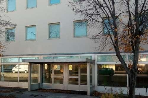 Büros von 90 bis 1400 m2, Lagerflächen, Geschäfslokal; mit vielen Parkplätzen