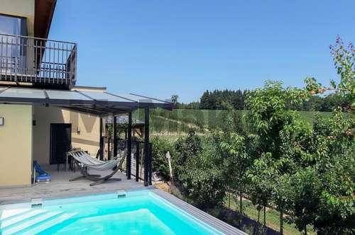 Entspanntes Wohnen mit Loft-Charakter: Attraktives EFH mit Garten, Terrasse und Pool