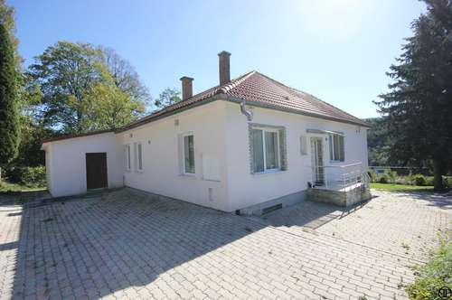PAUL & Partner: Einfamilienhaus auf 2.600 m² Grund mit traumhaftem Ausblick + Sauna + Pool