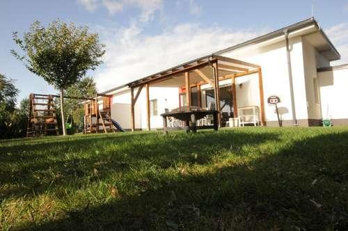 Ziegelmassiv-Bauweise: Doppelhaus in Bungalowstil mit ca. 220 m² Garten in ruhiger Wohnsiedlung