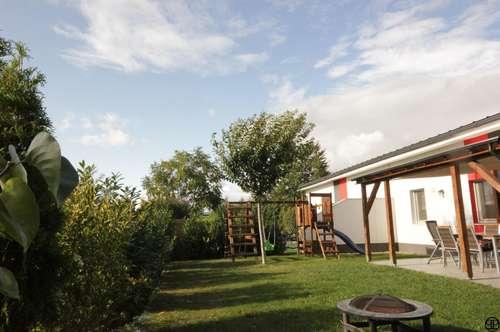 PAUL & Partner: Ziegelmassivhaus: Doppelhaus in Bungalowstil mit ca. 220 m² Garten in ruhiger Wohnsiedlung