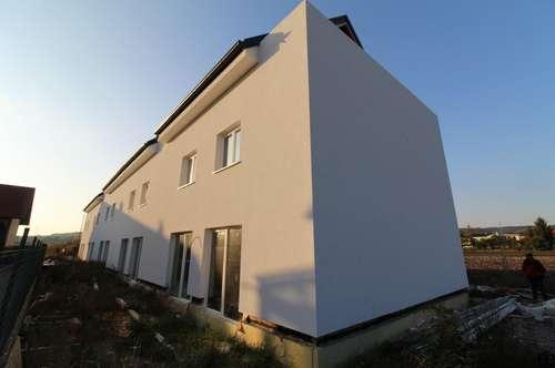 ERSTBEZUG: Reihenhäuser mit Dachterrasse; TOP Aussicht - großer Garten
