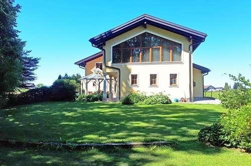 Das Haus kann sich sehen Lassen! Top gepflegtes 1-2 Fam. Haus mit Grossgarage für 4 PKW!