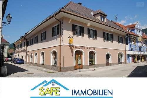 Friesach/St. Veit: wunderschönes Stadteckhaus mit drei Wohnungen und drei Geschäften im Zentrum