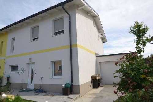 schöne Doppelhaushälfte mit kleinem Garten und Garage