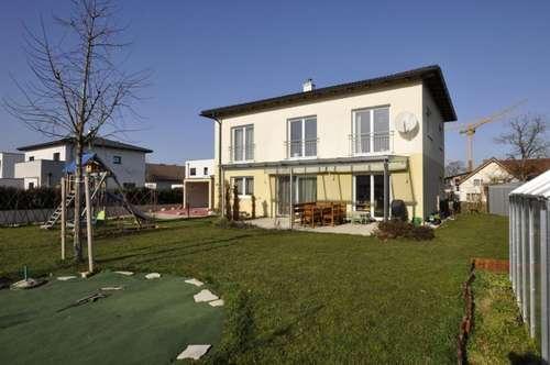 Fast neues Einfamilienhaus in ruhiger Siedlungslage mit schönem Traunsteinblick