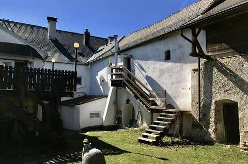 Altbauwohnung mit eigenem Eingang und Nebengebäuden