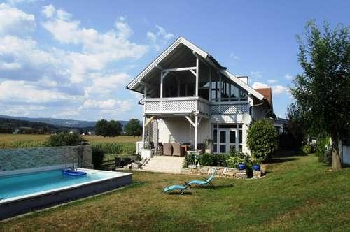 Gepflegtes Wohnhaus mit zwei Wohneinheiten und Pool