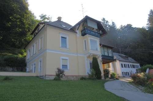 Mietwohnung mit Terrasse im Erdgeschoss einer Dreifamilien-Villa