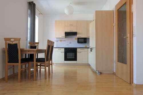 Optimal aufgeteilte 2 Zimmer WHG mit Balkon --- inkl. Küche & KFZ Stellplatz