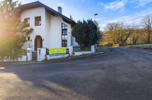 Rarität in Wolfsgraben, absolute Ruhelage u. leichte Panoramalage! Haus im Voralpen Stil, inmitten von 780 m² ebenem Grundstück, weitläufig umgeben von Grünland