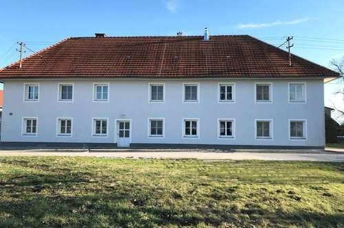 Vierkanthof mit Wohnungen, Hallen und Büro