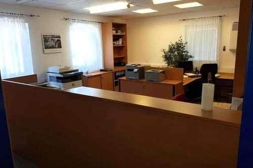 Schöne Büro-, Praxis oder Kanzleiräume mit Parkplätzen