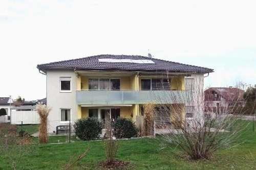Neuwertige Eigentumswohnung mit Carport und Gartenanteil