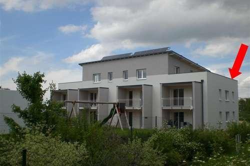 Neuwertige Dachterrassenwohnung mit Carport
