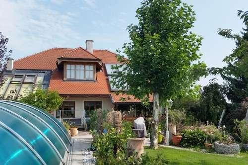Landhausvilla mit Pool in Stadtrandlage