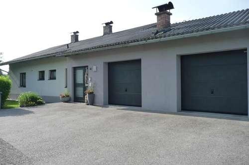 Große Wohnung in einem Zweifamilienhaus mit kleinem Gartenanteil