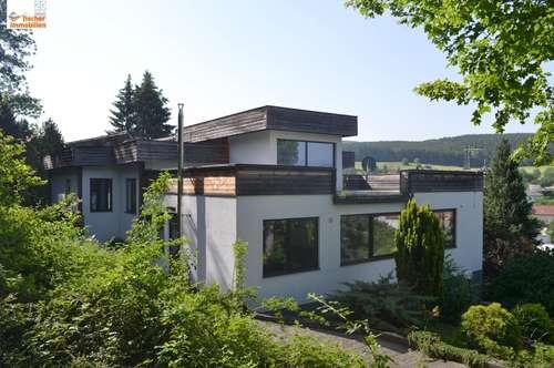 Villa mit Schwimmhalle, großem Grundstück und Weitblick