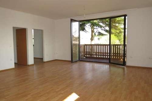 Neu sanierte 2,5 Zimmer-Wohnung mit Balkon und PKW-Stellplatz und Grün-Weitblick
