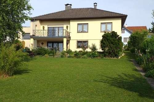 Korneuburg (15 Autominuten): Idyllisches Haus auf einer Wohnebene mit Wohnkeller und Weitblick