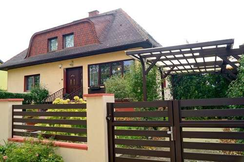 Stadtnaher und doch herrlich ruhiger Landsitz: Einfamilienvilla auf sonnigem Gartengrundstück mit Pool