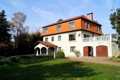 Repräsentatives, beeindruckendes Anwesen in sonnigem Parkgarten mit Terrasse, Pool und Zierteich