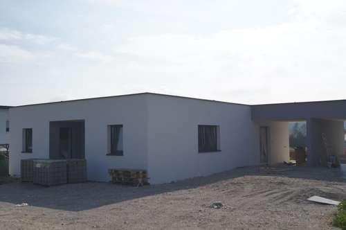 Bungalow-Doppel-Wohnhaus mit Carport