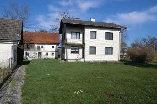 Wohnhaus mit Nebengebäuden