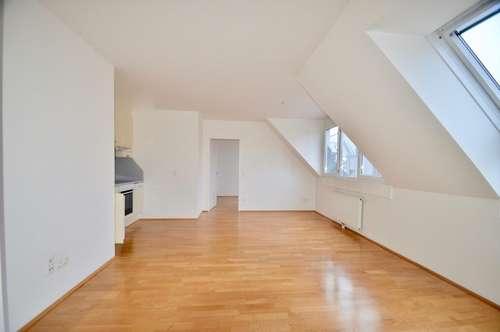 Helle, moderne 2 Zimmerwohnung im Dachgeschoß