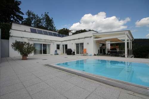 Moderne, uneinsichtige Atriumvilla in Aussichtslage mit Pool und Wellnessbereich