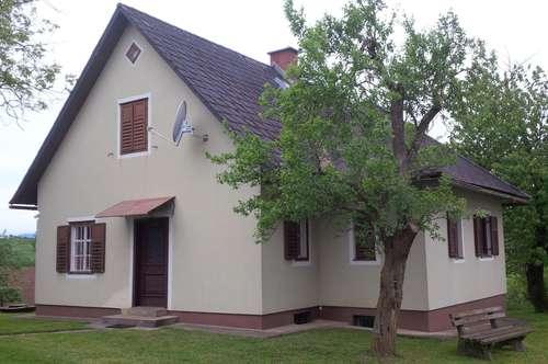 Bauernhaus mit großem Nebengebäude in erhöhter, ruhiger Aussichtslage