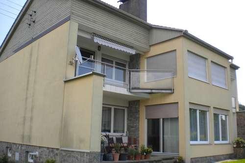 Deutschlandsberg: top gepflegte, geräumige Hausetage mit 2 Balkonen und Doppelcarport