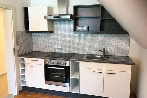Pölfing Brunn: Top gepflegte, helle 2 Zimmer Dachgeschoss Wohnung in zentraler Lage
