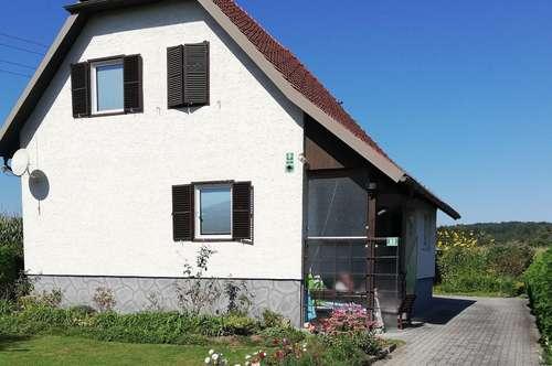 Einfamilienhaus mit Lager- und Garagengebäude in sonniger Siedlungslage