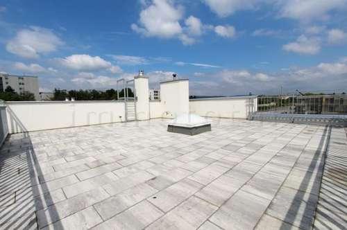 Moderne Dachgeschoss-Wohnung mit 68m2 Dachterrasse und Garten